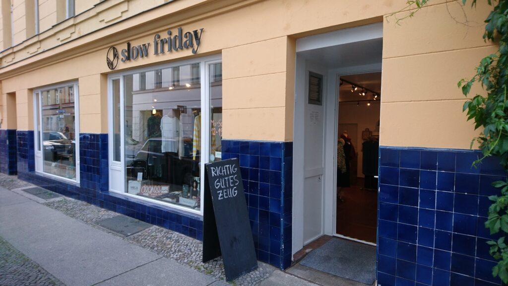 Unser Laden von außen mit der denkmalgeschütztem Fassade aus blauen Kacheln und gelbem Anstrich
